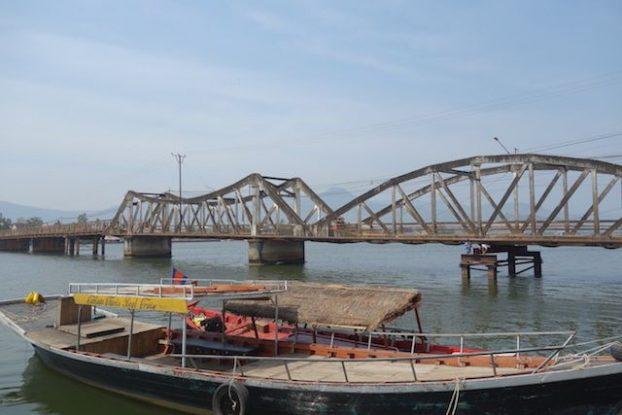 La ville de kampot au Cambodge n'a pas enormement de pont c'est en prenant ce dernier que vous allez retrouvez les marais salants de la ville. Photo blog tour du monde https://yoytourdumonde.fr