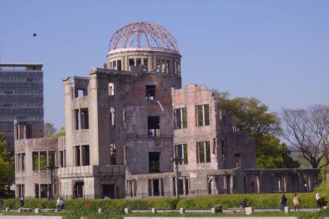 Le Dôme de Genbaku à Hiroshima est peut etre le batiment le plus connu depuis le bombardement de la bombe atomique à Hiroshima, photo blog voyage tour du monde https://yoytourdumonde.fr