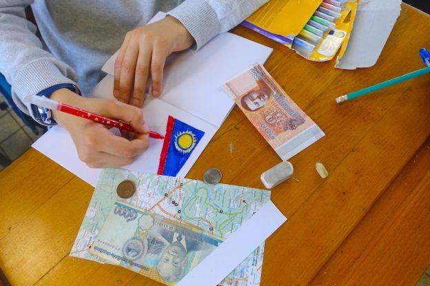 Un élève dessine sur son carnet de voyage projet voyage ecole photo blog voyage tour du monde allianz global assistance globedreamers https://yoytourdumonde.fr