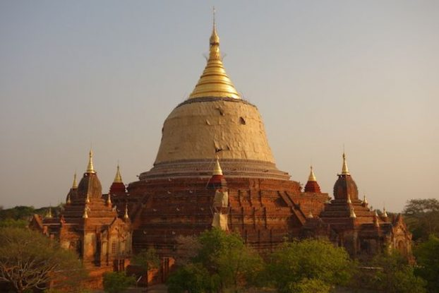 Lorsque le soleil se couche les stupa et a brique deviennent magnifique et changent de couleur photo blog voyage tour du monde https://yoytourdumonde.fr