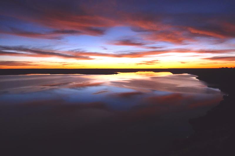L'un de mes plus beaux coucher de soleil a été vu en Namibie dans la réserve d'Hardap. Photo blog voyage tour du monde https://yoytourdumonde.fr