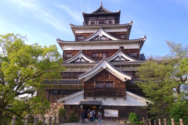 Le chateau d'Hiroshima actuelle est une reconstitution de l'ancien qui fut anéanti apres la bombe atomique. Photo blog voyage tour du monde http://yoytourdumonde.fr