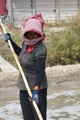 Une femme cambodgienne travaillant dans les marais salants de Kampot au Cambodge.