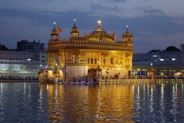 Le Temple d'Or à Amritsar en Inde au couché du soleil avec le bassin sacré photo blog voyage tour du monde https://yoytourdumonde.fr