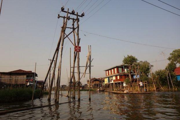 Le lac inle et ces maisons et files electrique digne d'une ville innondée photo voyage tour du monde https://yoytourdumonde.fr