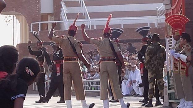 soldats indiens et pakistané pour la ceremonie de fermeture de la frontiere a Amritsar photo blog voyage tour du monde https://yoytourdumonde.fr