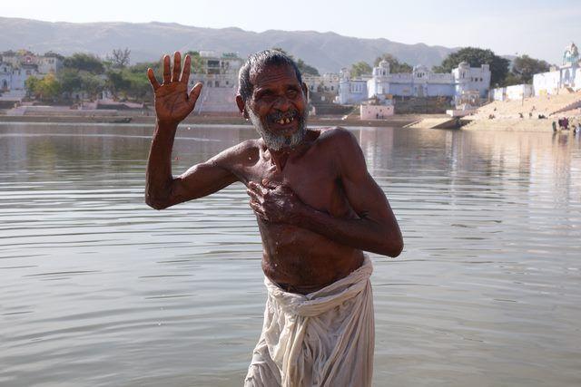 L'un des rites les plus importants dans l'hindouismes est la purification. Photo prise à Pushkar. Blog http://yoytourdumonde.fr