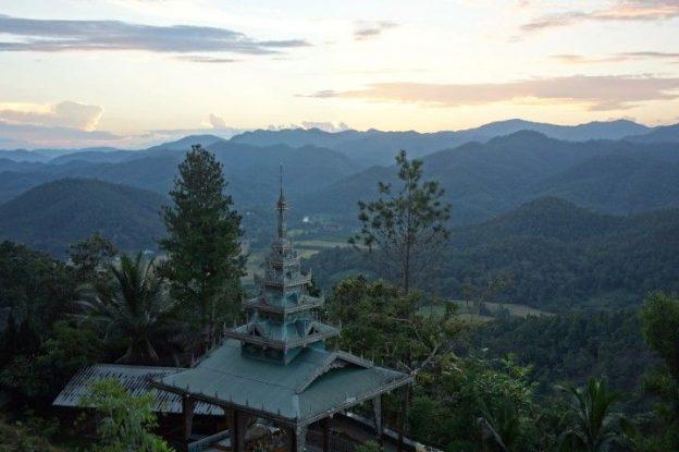 temple-bouddhiste-couche-soleil-thailande