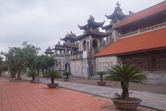 Entre chapelles et cathédrale de Phat Diem au vietnam ning bing bai d'halong terrestre photo article blog tour du monde photo http://yoytourdumonde.fr