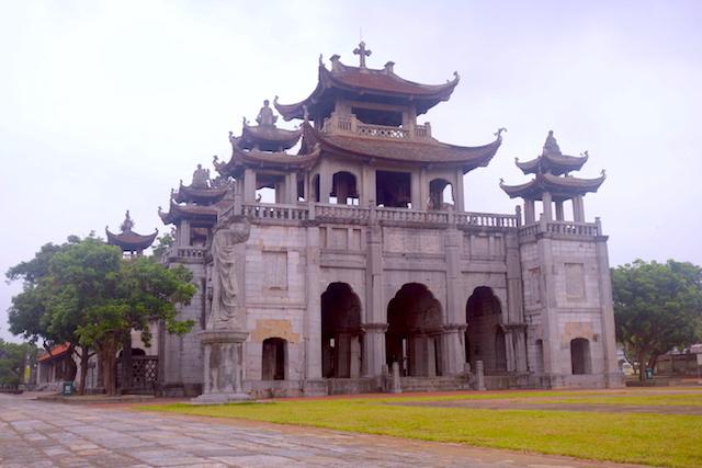Architecture européenne et vietnamienne la cathédrale Phat Diem à une trentaine de kilomètre de Ninh Bing est à visiter. Baie d'Hallong Terrestre photo blog voyage tour du monde http://yoytourdumonde.fr
