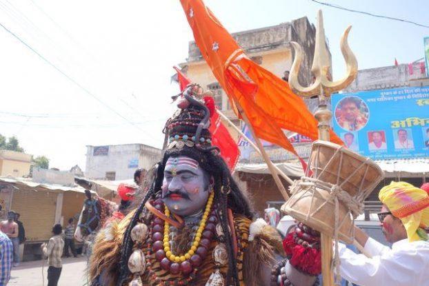 Un indien est representé par Shiva à Pushkar lors d'une fete hindouiste dans le nord de l'Inde. Blog https://yoytourdumonde.fr