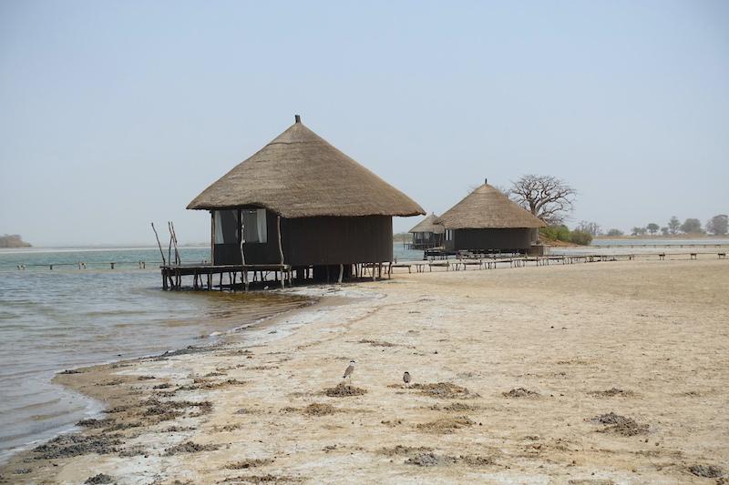 Cases pour touristes hotel devant les puits de sel de Palmarin au Sénégal région Sine-Saloum photo blog voyage tour du monde https://yoytourdumonde.fr