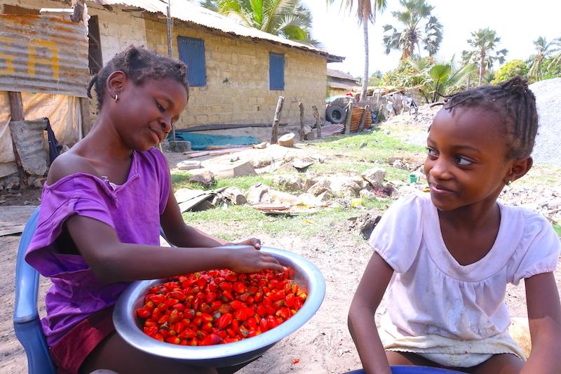 Deux filles préparent le repas à Zoguinchor en Casamance au Sénégal photo blog voyage tour du monde https://yoytourdumonde.fr