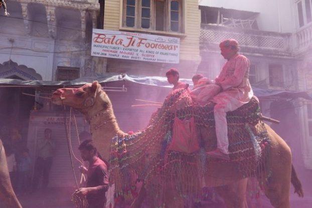 Pushkar se nomme la ville de Holi il y a donc ici plusieurs fetes des couleurs dans une année pour le plus grand plaisir des touristes photo blog voyage tour du monde https://yoytourdumonde.fr