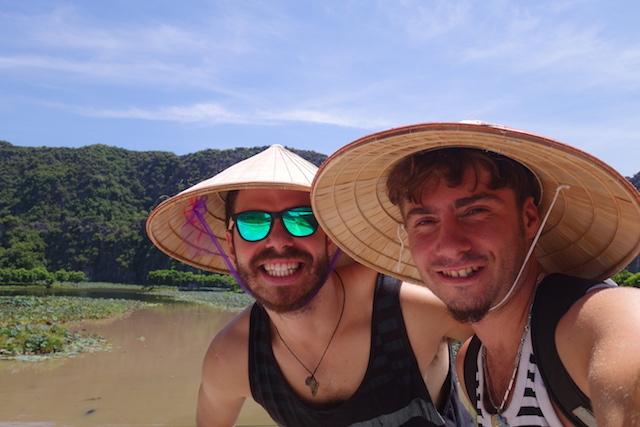 Ami Javier Baie d'Halong terrestre photo blog voyage tour du monde http://yoytourdumonde.fr