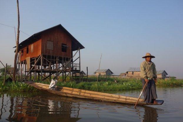 les maisons en pilotis sont magnifique en birmanie et la vie locale est tres interessante a apprendre photo blog voyage tour du monde https://yoytourdumonde.fr