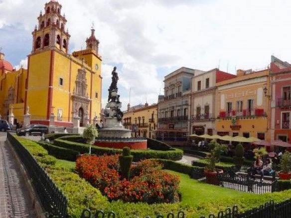 Entre jardins et bâtiments coloniaux