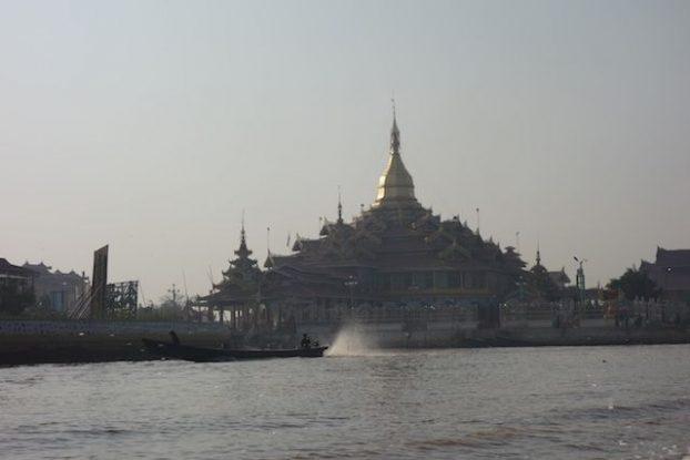 Temple bouddhiste sur le lac inle photo voyage tour du monde https://yoytourdumonde.fr