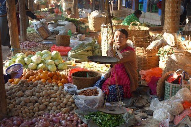 Les marchés en birmanie sont d'une beauté incroyables comme celui-ci que j'ai eu la chance de voir sur les berges du Lac Inle photo voyage tour du monde https://yoytourdumonde.fr