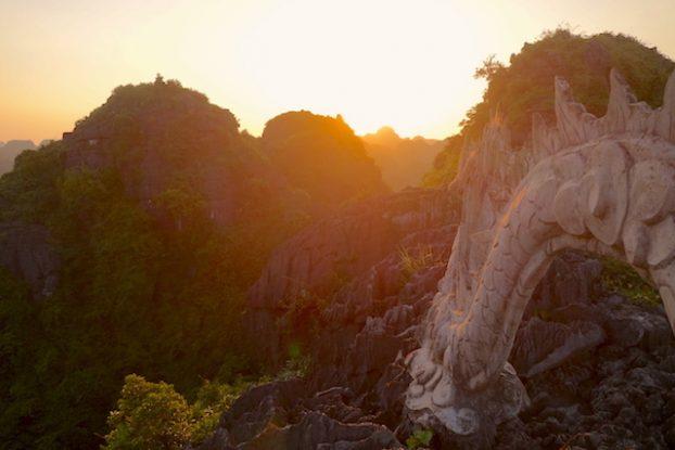 Dragon présent Ninh Binh Baie d'Halong Terrestre photo blog voyage tour du monde https://yoytourdumonde.fr