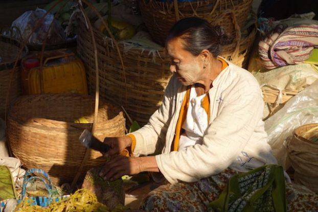 une vendeuse d'un certain age sur le lac inle j'avais adoré la prendre avec la pommade qu'on les femmes birmanes et avec la couleure du soleil photo blog voyage https://yoytourdumonde.fr