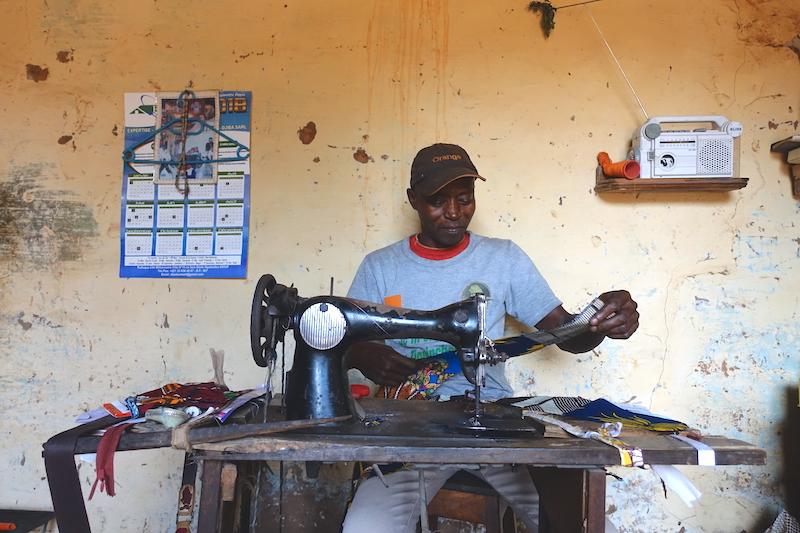 Un couturier dans la ville de Ziguinchor photo blog voyage tour du monde https://yoytourdumonde.fr