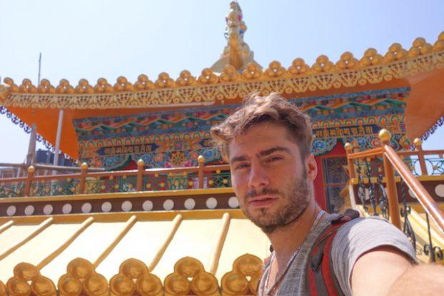 Yohann Taillandier sur le toit du Kalachakra Temple photo blog voyage tour du monde https://yoytourdumonde.fr