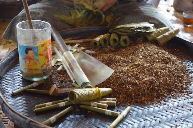fabrication de cigarette du cote du lac inle en birmanie photo blog voyage tour du monde https://yoytourdumonde.fr