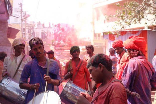Des groupes de musiques jouent du cote de Pushkar pour la fete des couleurs ou fete de Holi en Inde photo voyage tour du monde https://yoytourdumonde.fr
