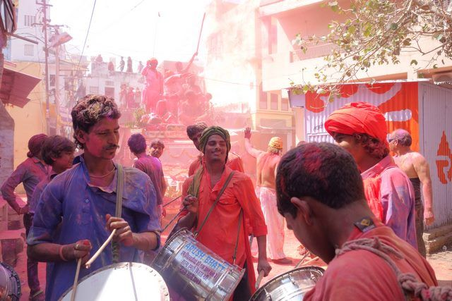Les indiens de Pushkar participent à la fête des couleurs ou fête de Holi dans le nord de l'Inde. Photo blog http://yoytourdumonde.fr