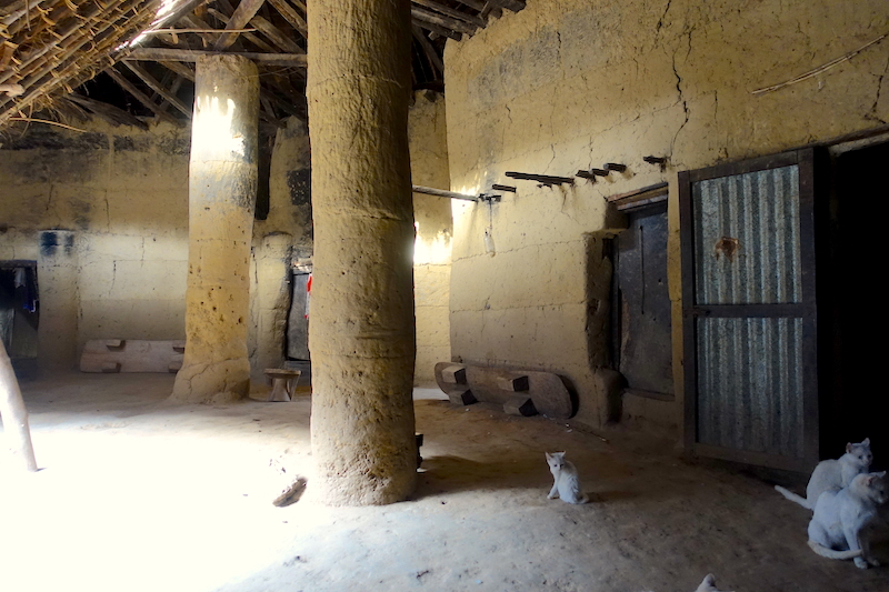 Case en implivium photo blog voyage tour du monde senegal https://yoytourdumonde.fr