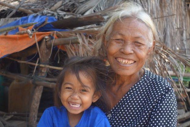 Une maman et sa fille dans la campagne de Kep au Cambdoge. Photo https://yoytourdumonde.fr