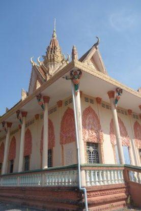 Un wat ou temple bouddhiste dans la campagne de Kep au Cambodge. Photo blog https://yoytourdumonde.fr