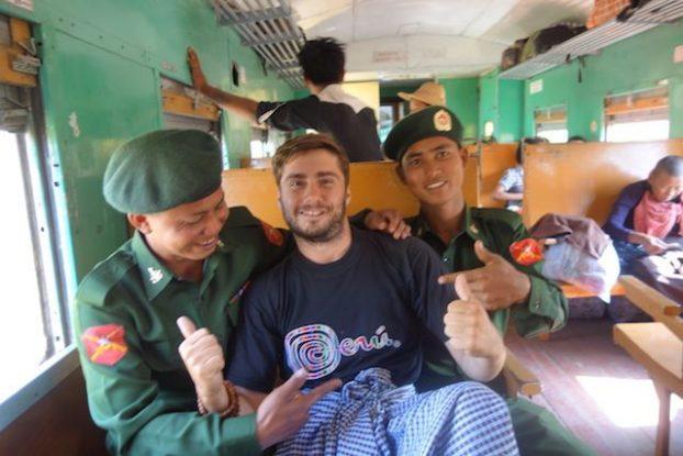 Birmanie moment de rigolade avec des soldats birmans avant que ceux-ci accesdent au front lors de tension avec des personnes proches de la Chine photo voyage blog tour du monde https://yoytourdumonde.fr