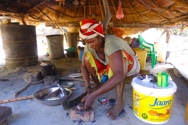 La maman de Raph préparant le repas diola à Komobeul photo blog voyage tour du monde https://yoytourdumonde.fr