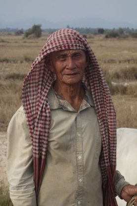 Un agriculteur de Kep au Cambodge avec sa vache. Photo blog https://yoytourdumonde.fr