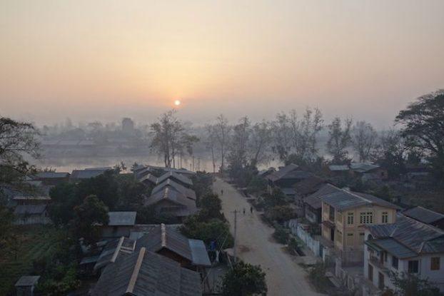 Le soleil se leve du coté de la ville de Hsipaw ou s'est partie pour 2 jours et 1 nuit de randonnée