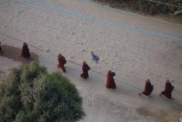 Les moines bouddhistes font l'aumone dans les rues de Hsipaw photo blog voyage https://yoytourdumonde.fr