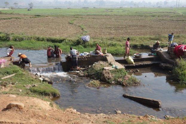 Les locaux font leurs travaux quotidiens pres de Hsipaw dans l'etat de Shan de la birmanie photo voyage tour du monde https://yoytourdumonde.fr