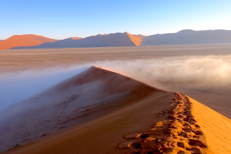 La surprise fut grande quand j'ai vu énormément de brouillard sur la Dune45 et sur Sossusvlei en plein désert en Namibie photo blog voyage tour du monde travel https://yoytourdumonde.fr