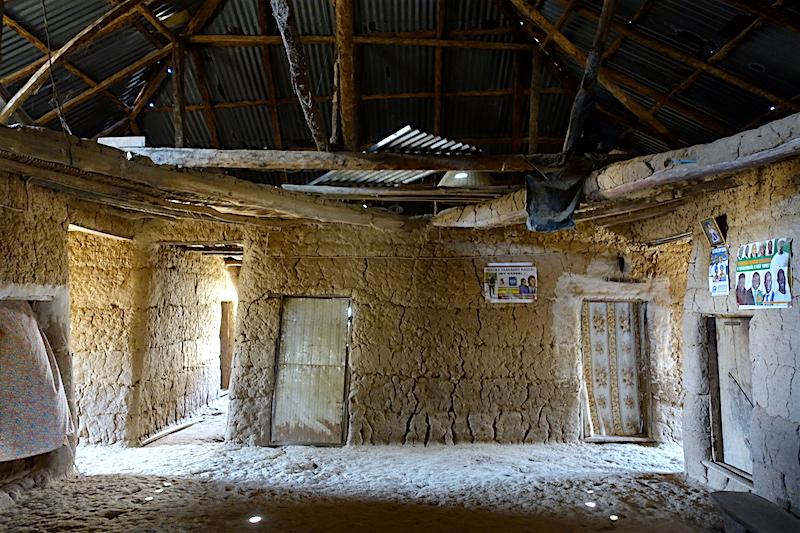 A l'intérieur d'une maison en case du coté d'Eloubaline au Sénagal en Casamance photo blog voyage tour du monde https://yoytourdumonde.fr