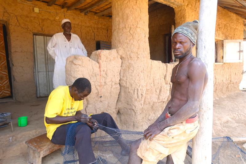 Un habitant d'Eloubaline répare un filet de peche casamance senegal photo blog voyage tour du monde https://yoytourdumonde.fr