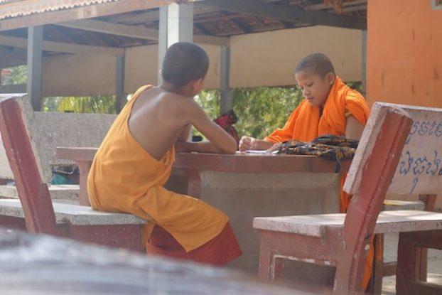 Les moines bouddhistes doivent apprendre les textes par coeur de Bouddha. Photo blog https://yoytourdumonde.fr