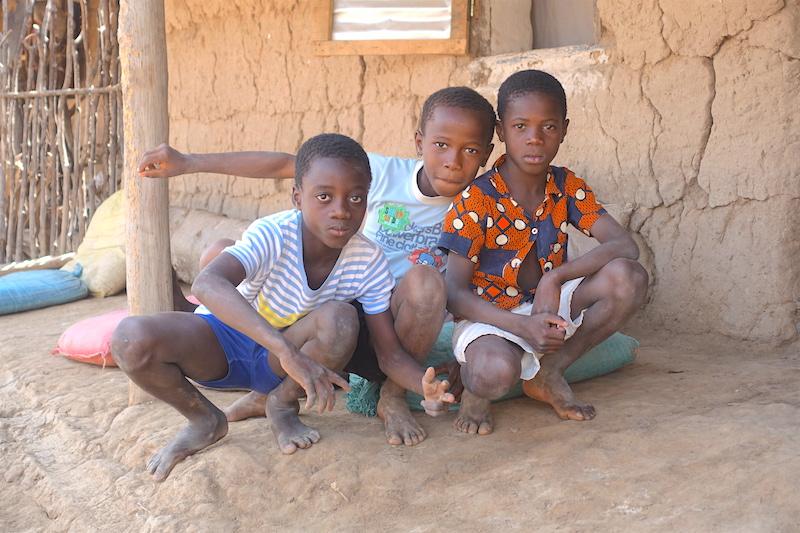 Il y a beaucoup d'enfants qui vivent à Eloubaline. Photo blog voyage tour du monde Sénégal Casamance https://yoytourdumonde.fr