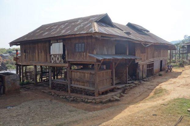 treck magnifique pres de hsipaw ou je decouvre les maisons des habitants de l'etat shan photo voyage tour du monde https://yoytourdumonde.fr