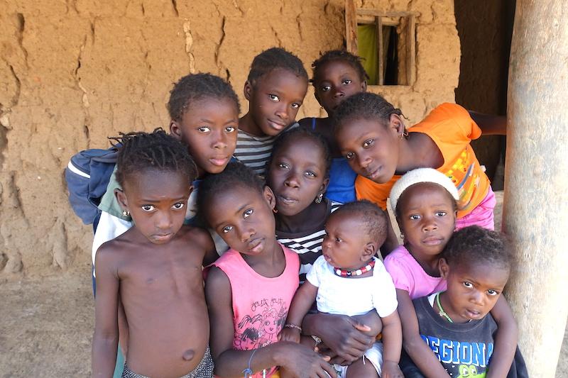 Photo de groupe avec des jeunes d'Eloubalines photo blog voyages tour du monde sénégal casamance https://yoytourdumonde.fr