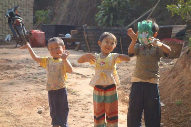 jeunes enfants de l'etat shan en birmanie qui s'amuse photo blog voyage tour du monde https://yoytourdumonde.fr