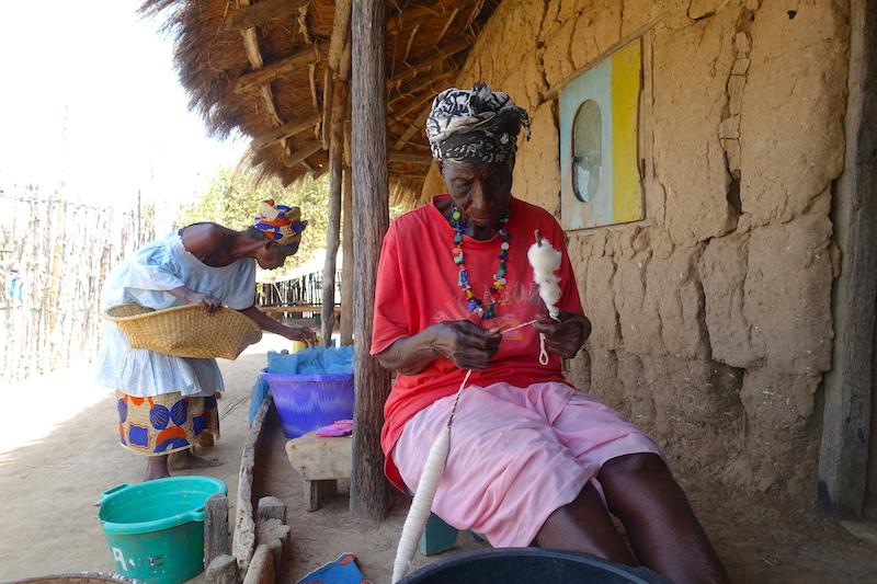 Les femmes à Eloubaline préparent le coton tandis que les hommes eux tissent. Sénégal Casamance photo blog voyage tour du monde https://yoytourdumonde.fr