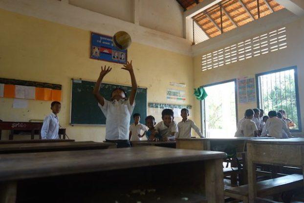 Les jeunes d'une ecole dans la campagne de Kep au Cambodge s'amuse dans les locaux de l'ecole. Photo blog https://yoytourdumonde.fr