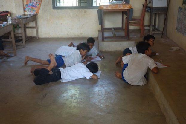 Un groupe d'ecolier dans une ecole de Kep qui ecrivent la leçon sur le tableau. Photo https://yoytourdumonde.fr